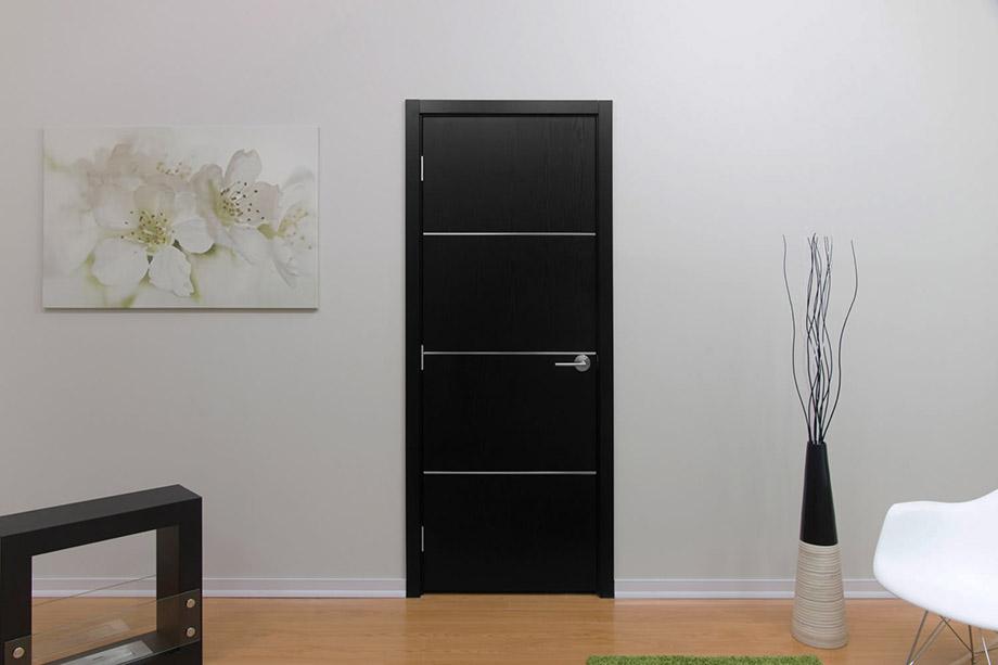 белые двери модерн на серой стене фото один